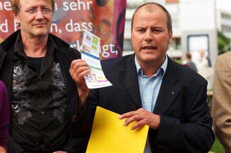 Travemündes kurdirektor uwe kirchhoff bewarb noch einmal den souvenir