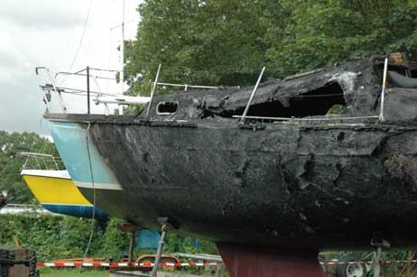 Das Segelboot von Rolf Perrey erlitt bei dem Brand Totalschaden. Montag hätte es zu Wasser gelassen werden sollen. Foto: RD