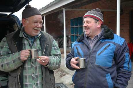 Käffchen-Pause zwischendurch: Jens Neubauer (rechts) und Dieter Berndt aus der Nähe von Kiel sicherten sich heute die Eternit-Platten vom Dach der ehemaligen Jugendfreizeitstätte. Foto: <b>JK</b>