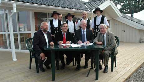 Bausenator Peter Boden, Bürgermeister Bernd Saxe, Sven Hollesen und Wirtschaftssenator Wolfgang Halbedel bei einer Vertragsunterzeichnung im September 2006. Jetzt wurde das nächste Geschäft unter Dach und Fach gebracht. Foto: <b>ARCHIV TA</b>