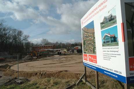 Die Abbrucharbeiten am Gebäude der ehemaligen Jugendfreizeitstätte Priwall haben begonnen. Foto: <b>JK</b>