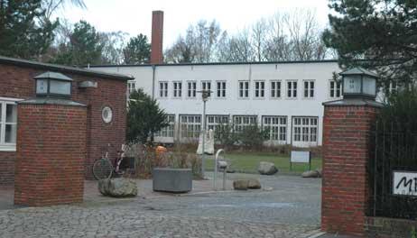 Wird das Priwall-Krankenhaus zum Low-Budget-Hotel? Die Waterfront AG um Sven Hollesen, der schon die Feriendörfer nach Dänischem Vorbild realisierte, gilt als Favorit unter den Bietern. Foto: <b>ARCHIV TA</b>