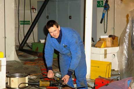 Ingo Bossmanner von der Firma Tiedemann bei der Arbeit. Alle Fotos: <b>KLAUS ABRAHAM</b>