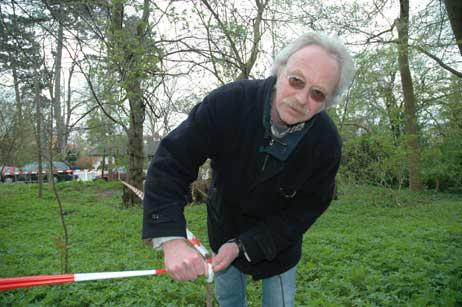 Eckhard Erdmann von der »Interessengemeinschaft Behutsame Priwallentwicklung« brachte das Absperr-Band im Wald an der Mecklenburger Landstraße an. Foto: <b>TA</b>