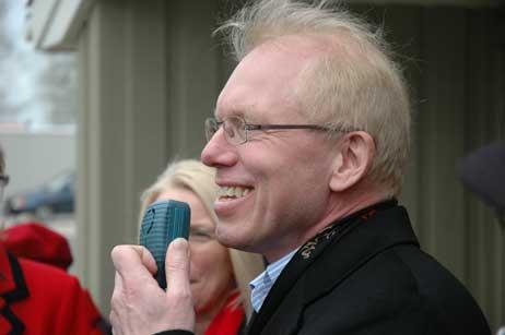 Investor Sven Hollesen begrüßte die Wanderer. Foto: <b>TA</b>