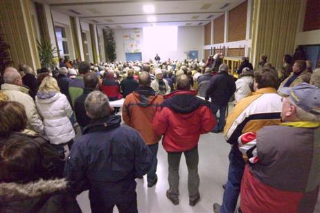 Für viele Besucher gab es nur noch Stehplätze im hinteren Teil der Halle.