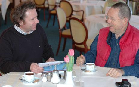Karl Erhard Vögele (FDP) traf sich heute mit Peter Werner (Sealloyd) im Rosenhof. Es geht um ein Hotelschiff für Travemünde. Foto: <b>TA</b>