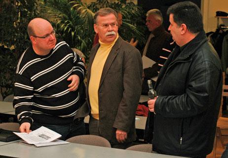 Nach der Ortsrats-Sitzung gibt es immer noch etwas Gelegenheit für Einzelgespräche. Foto: <b>ARCHIV TA</b>