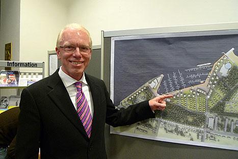 Investor Sven Hollesen zeigt den Gesamtlageplan für das Waterfrontprojekt. Foto: <b>KARL ERHARD VÖGELE</b>