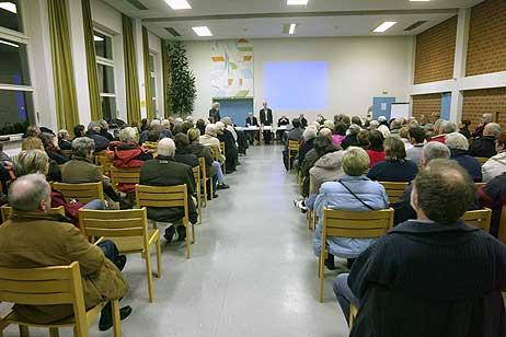 Etwas weniger Besucher waren zur 3.Bürgerversammlung gekommen. Im hinteren Bereich der Halle, wo bei der 2.Bürgerversammlung mit Rechtsanwaltes Dr. Klinger noch Zuhörer standen, gab es viel Platz.