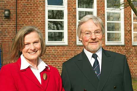 Staatssekretärin im Wirtschaftsministerium Karin Wiedemann (l), Jörg Hartke (r) vor dem Gebäude der Seemannsschule.