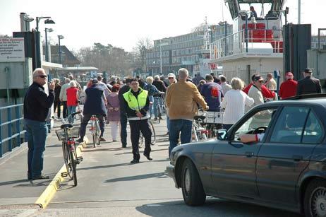 Da war kein Platz mehr für Autos: Rund 200 Radfahrer vom Priwall wollten heute in Travemünde Milch kaufen. Fotos: <b>TA</b>