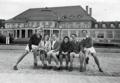 Ein Foto vorm Casino gehörte auch 1948 schon zum Urlaub dazu. Hans-Jürgen Braun (links) fragt sich, was aus den beiden Mädels geworden ist, die die Hamburger Jungs damals auf dem Priwall kennen lernten. Fotos: <b>PRIVAT</b>