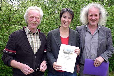 v.l.n.r. Eckhard Erdmann, Vorsitzender der BiP, Sophie Weiland,die maßgeblich an der Erstellung des Leitbildes beteiligt war, Sigbert Bruders, stellvertretender Vorsitzender der BiP.
