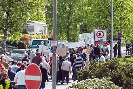 Kurz nach 11 Uhr bewegte sich der Demonstrationszug auf der Mecklenburger Landstraße Richtung Osten. Foto: <b>KARL ERHARD VÖGELE</b>