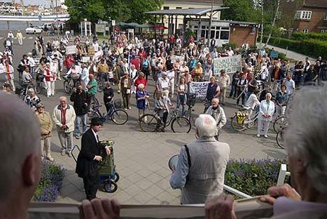 Wolfgang Hovestädt begrüßte die Demonstranten per Megaphon. Alle Fotos: <b>KARL ERHARD VÖGELE</b>