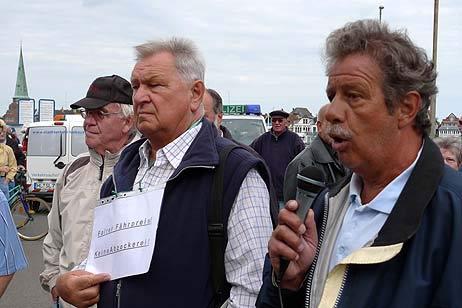 Werden die Demos jetzt wieder getrennt organisiert? Ulrich Klempin (links) vom Verein der Priwall-Wochenendhausbesitzer, hier mit Michael Lempe, hat die Zusammenarbeit mit Wolfgang Hovestädt aufgekündigt. Foto: <b>Archiv TA/KEV</b>