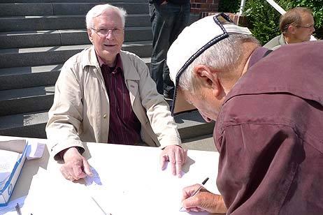 Wolfgang Hovestädt zeigte sich positiv überrascht über die vielen Unterschriften. Alle Fotos: <b>KARL ERHARD VÖGELE</b>