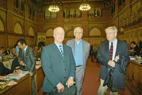 Überreichten heute die Unterschriftenlisten während der Bürgerschaftssitzung: Die Herren Lehnhausen, Hovestädt und Zimmermann von der IG Bewohner Priwall mit Rosenhof. Foto: <b>JW</b>