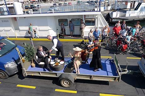 Steward Enrico Melzer vom Fisch-Hus kredenzte edlen Champagner während Stehgeigerin Ina Werner Esser von der Musikschule Seesaite das Thema aus »Titanic« anstimmte. Alle Fotos: <b>KARL ERHARD VÖGELE</b>