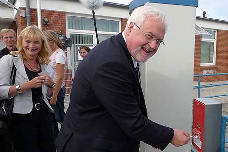 Ordnungsgemäß entwertete Ministerpräsident Peter Harry Carstensen seine Fußgänger-Karte für die Priwall-Fähre. Alle Fotos: <b>KARL ERHARD VÖGELE</b>