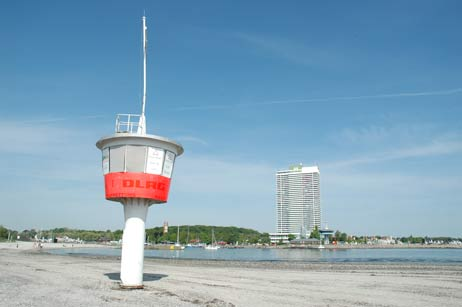 Ein leerer DLRG-Turm in der Badeverbotszone am Hundestrand: Jetzt soll der Turm verschwinden. Foto: <b>ARCHIV TA</b>
