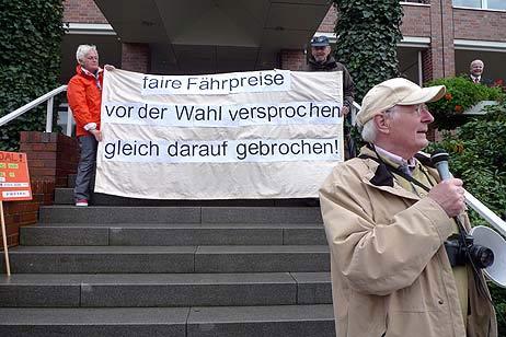 Wolfgang Hovestädt begrüßte die Teilnehmer der Demonstration. Alle Fotos: <b>KARL ERHARD VÖGELE</b>