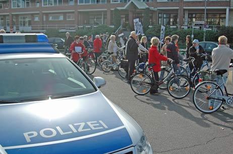 Ausflug zum Fährplatz: Die Priwaller haben ihre Plakate wohl immer dabei. Vor der Fähre fuhr die Gruppe singend eine weile im Kreis. Foto: <b>TA</b>