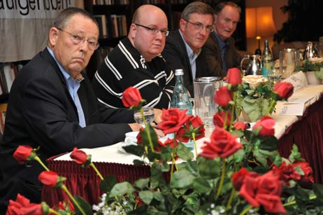 Stellten sich der Podiums-Diskussion: Karl Erhard Vögele (FDP), Thomas Schapke (SPD), Thomas Misch (BfL) und Klaus Petersen (CDU). Foto: <b>TA</b>