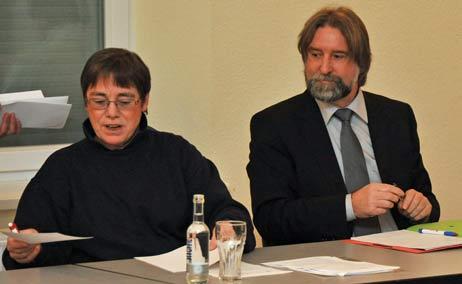 Die Ortsrats-Sitzung leitete am Dienstag Renate Mielke, hier mit Willi Nibbe vom Lübecker Stadtverkehr. Foto: <b>TA</b>