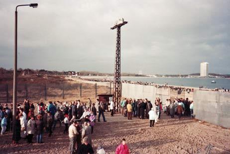 Pirwall, 03. Februar 1990: </b>Eine halbe Stunde früher als geplant ging das Tor auf, die Menschen wollten einfach nicht mehr warten. Foto: <b>HEIDI WICHMANN, ROLF FECHNER</b>