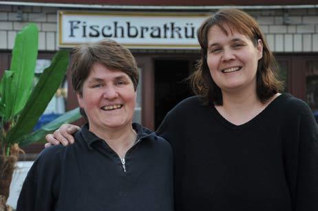 Am 1. Mai 1985 fing Gabriele Augustin (rechts), hier mit ihrer Schwester Renate Gerstemeier (links) in der »Fischbratküche Priwall« an. Foto: <b>TA</b>