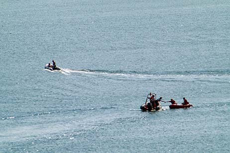 Einsatzkräfte suchten nach der vermissten Schwimmerin. Alle Fotos: <b>KARL ERHARD VÖGELE</b>