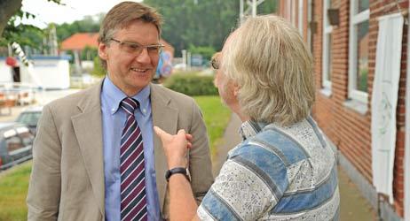 Bernd Möller (Bündnis 90/Die Grünen), hier im Gespräch mit Eckhard Erdmann von der BiP, ist Senator für Umwelt, Sicherheit, Ordnung in Lübeck. Foto: <b>TA</b>