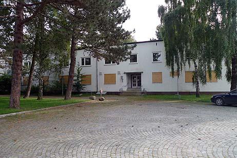 Auch das ehemalige Priwall-Krankenhaus wird jetzt verbrettert. Alle Fotos: <b>KARL ERHARD VÖGELE</b>