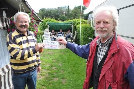 Camper Axel Krause (links) überreichte dem BiP-Vorsitzenden Eckhard Erdmann eine Spende, die die Camper auf dem Platz gesammelt hatten: 590 Euro. Die BiP sammelt Geld für Aktionen und Rechtsanwalts-Kosten. Foto: <b>TA</b>