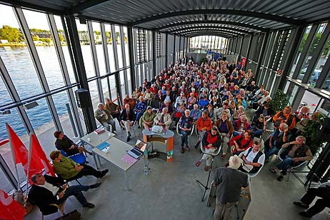 Hunderte Travemünder verfolgten die Vorträge im Kreuzfahrt-Terminal. Foto: <b>KARL ERHARD VÖGELE</b>