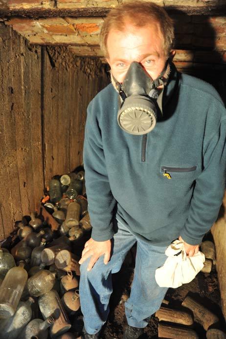 Abfallexperte Günter Wosnitza trug sicherheitshalber eine Gasmaske, immerhin stand er in einem Berg von Giftflaschen. Foto: <b>TA</b>