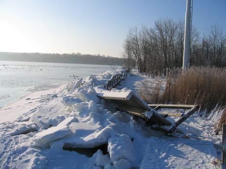 Die Brücke am südlichen Priwall-Wanderweg wurde vom Eis zerstört. Fotos: <b>PL</b>