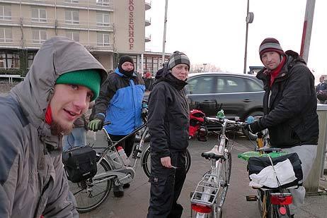 »Wer will noch mitfahrer?«, fragt Liedermacher Heinz Ratz (rechts) die Umstehenden. Foto: <b>KARL ERHARD VÖGELE</b>