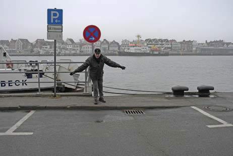 Frank Thierfeldt zeigt den neuen Priwall-Parkplatz im Halteverbot: Was gilt nun? Parkscheibe oder absolutes Halteverbot? Außerdem blockiert der Platz noch den Lieferverkehr für die Bunkerstation. Fotos: <b>KARL ERHARD VÖGELE</b>