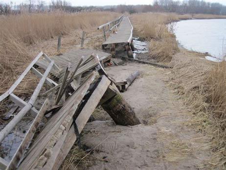 30.000 Euro Schaden: Die Brücke am Priwall-Wanderweg ist durch Eisgang stark beschädigt worden. Fotos: <b>PL</b>