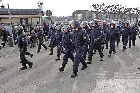 Großes Polizeiaufgebot am Samstag in Travemünde. Viele Bürger wussten gar nicht, was los war. Fotos: <b>KARL ERHARD VÖGELE</b>
