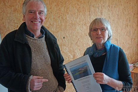 Matthias Braun, Ulrike Westphal und weitere Kollegen vom Landschaftspflegeverein erzählen auf der Führung von der wechselvollen Geschichte des Priwalls. Foto: <b>TA</b>