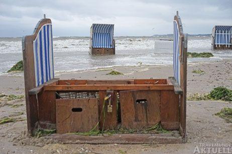 Auf dem Priwall standen Strandkörbe im Wasser, bei einem Korb brach die Rückwand heraus. Fotos: <b>TA</b>
