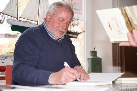 Rolf Fechner zeigt in der Seglermesse die Geschichte des Priwalls in historischen Bildern. Foto: <b>ARCHIV TA</b>