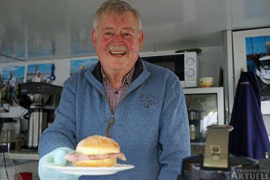 »Das schmeckt« versichert »Eis-Klaus«. Etliche Gäste haben sich schon getraut, den »Priwall-Burger« zu probieren. Foto: <b>TA</b>
