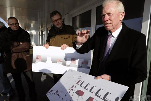 Sven Hollesen (rechts) erläuterte die Entwürfe. Foto: <b>KARL ERHARD VÖGELE</b>