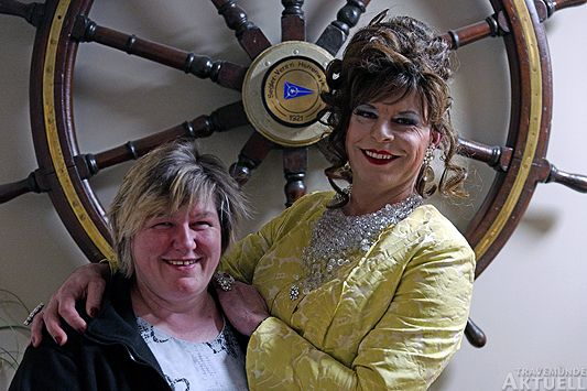 Andrea Grube (l), Gastronomin der Seglermesse auf dem Priwall mit Comedienne Hertha Ottilie van Amsterdam. <b>Fotos Karl Erhard Vögele</b>