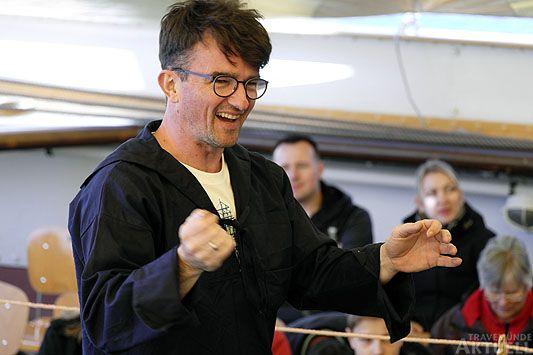Chorleiter Michael Cordes in Aktion. Foto: <b>KARL ERHARD VÖGELE</b>